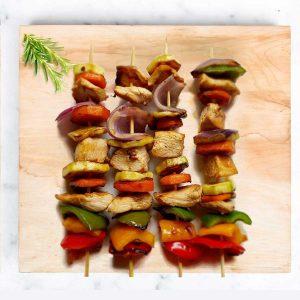 Brochettes de pollo y verduras